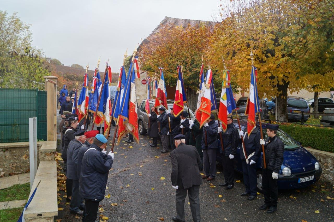 Les porte-drapeaux sont en place pour le salut...