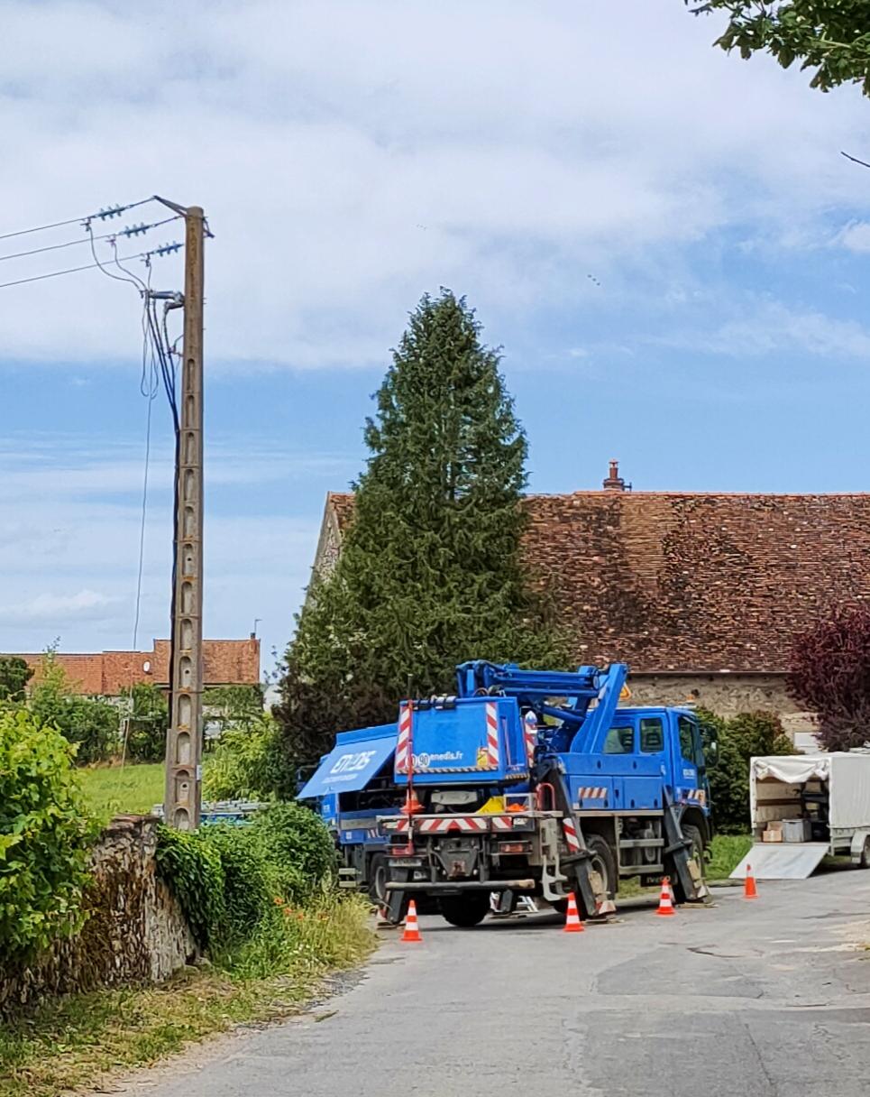 Les techniciens Enedis, le gestionnaire du réseau public de distribution d'électricité, ont oeuvré toute la journée de dimanche pour rétablir le courant, comme ici à Celles-lès-Condé.