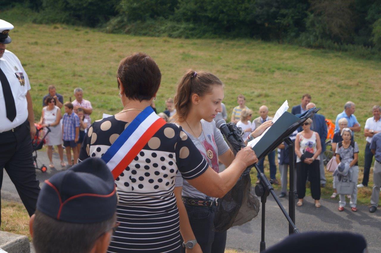 De nombreux jeunes de la commune participent, par des lectures, à la cérémonie du souvenir...