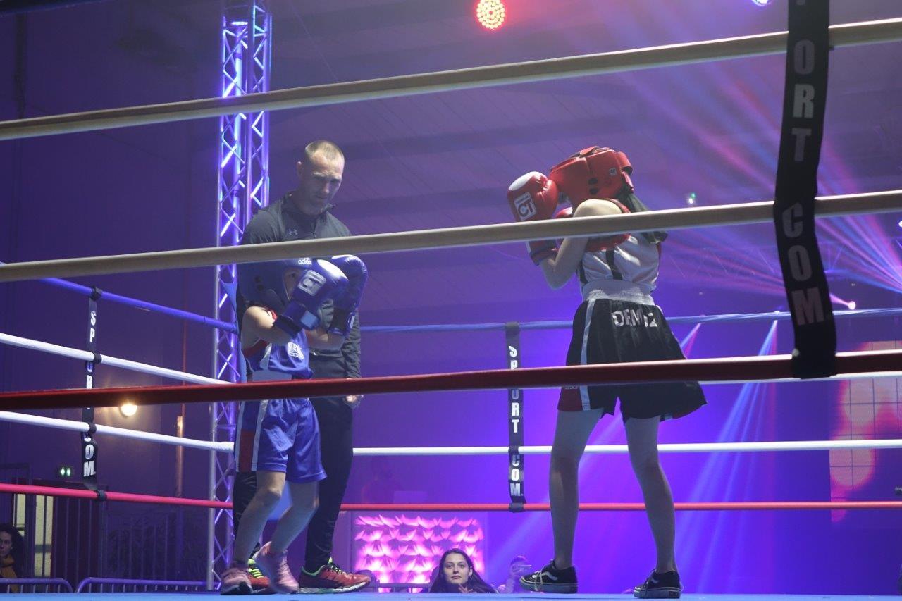 Un combat de démonstration opposant deux boxeuses du ROC lance la soirée de gala.