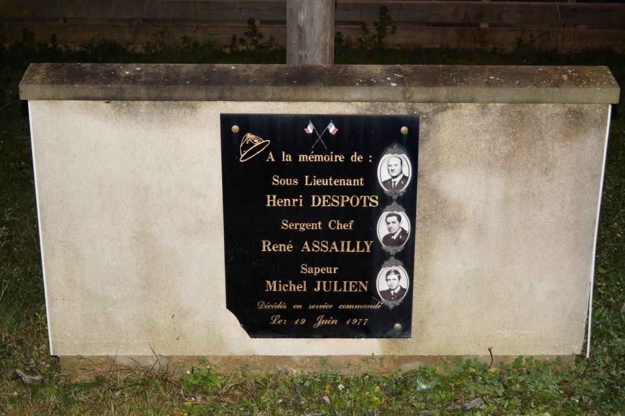 La stèle des sapeurs-pompiers du centre de secours de Trélou-sur-Marne disparus en service commandé.