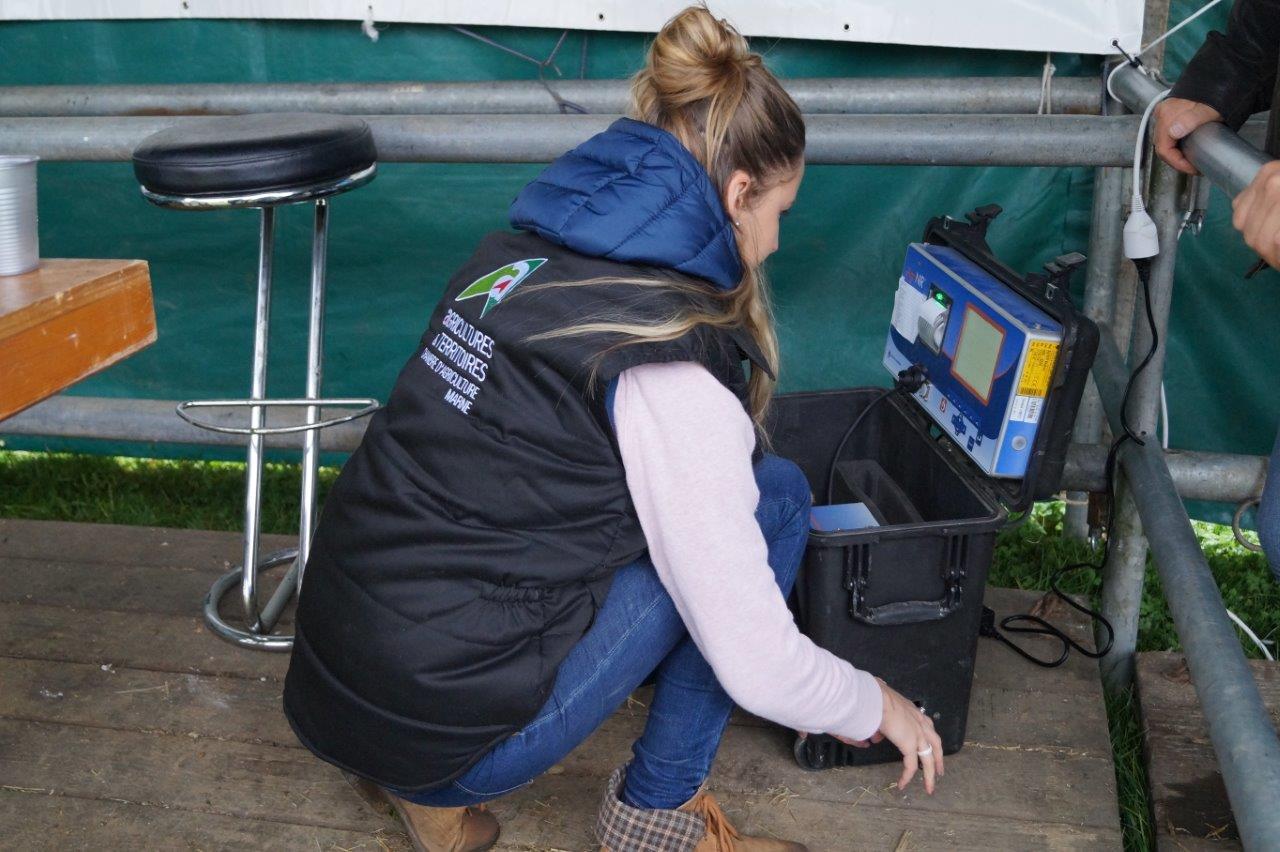 L'hôtesse analyse ici les valeurs alimentaires du foin apporté par un éleveur...