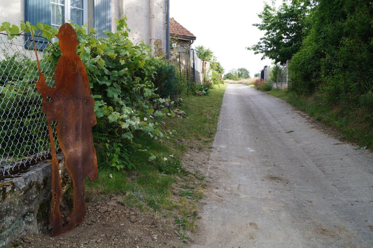A La Chapelle-Monthodon, la silhouette d'un Poilu est implantée à l'entrée du chemin rural dit du Pré Bailly.