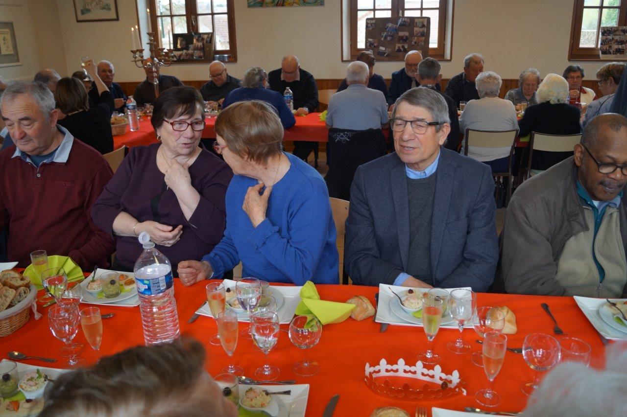 Le repas permet de papoter et faire connaissance entre habitants des trois communes.