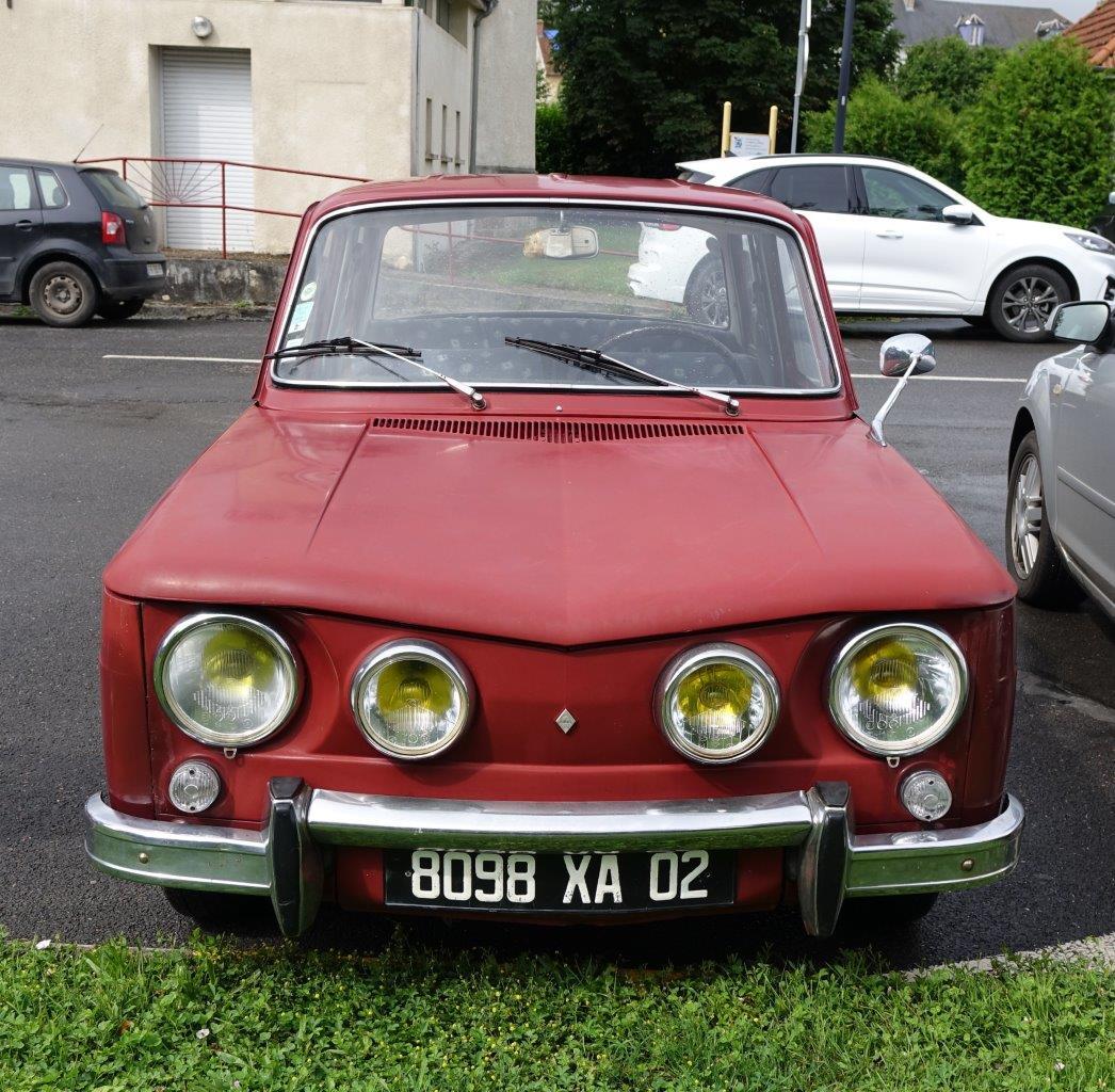 La Renault 8 S et sa légendaire calandre quatre phares.
