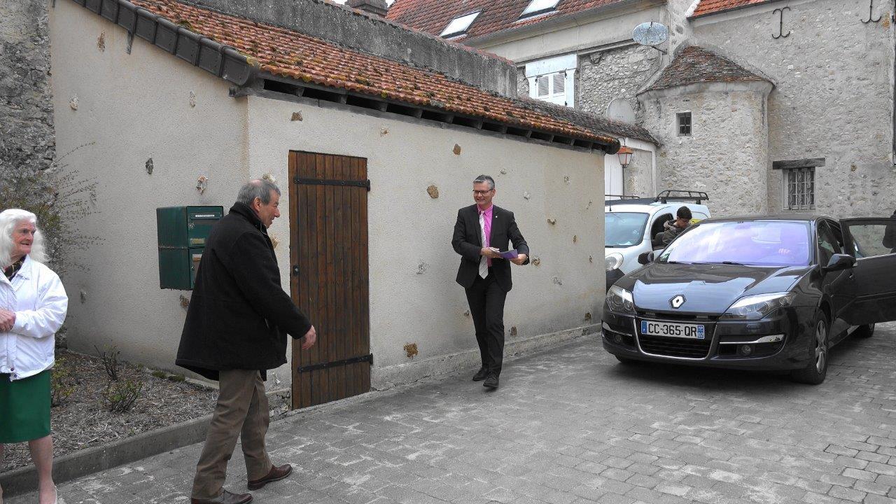Bruno Lahouati, maire de Vallées-en-Champagne, accueille Ronan Léaustic, sous-préfet de l'arrondissement de Château-Thierry.