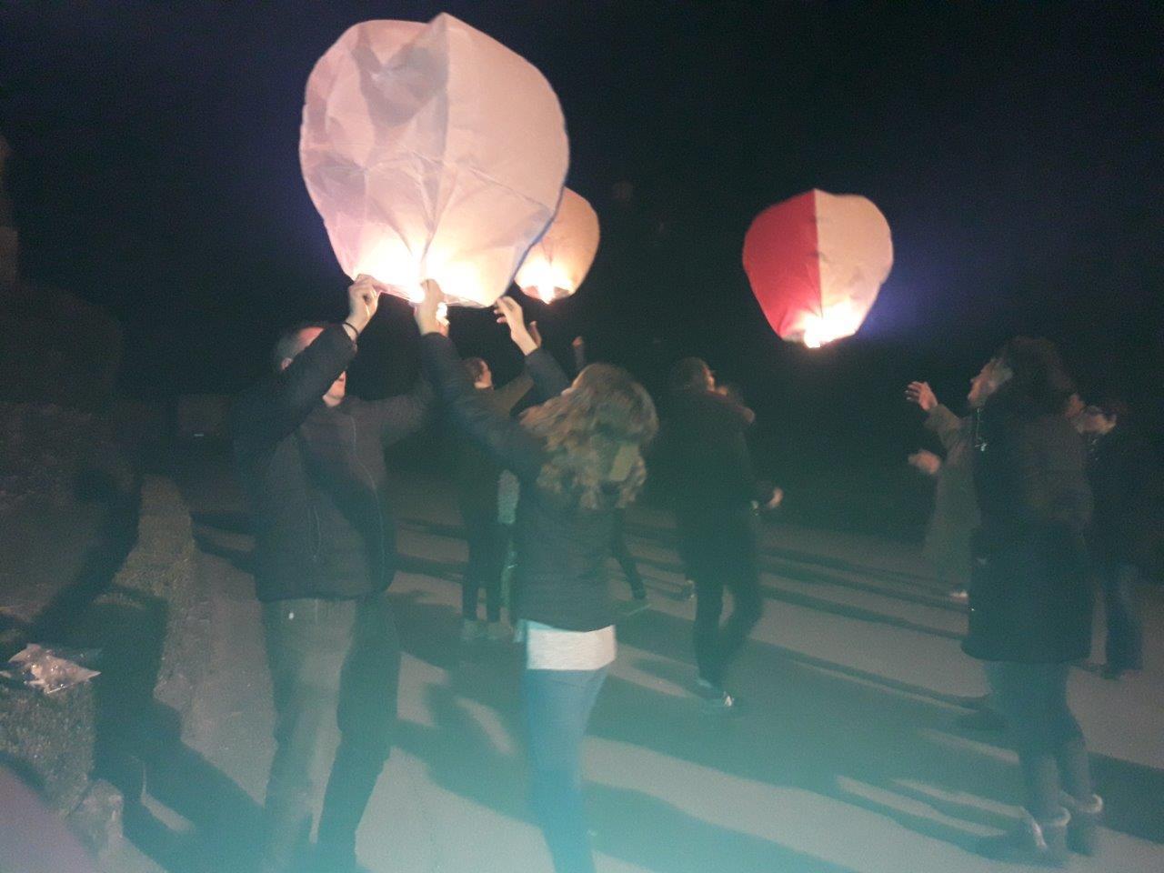 Un lâcher de lanternes a clôturé la journée du samedi 24 mars...
