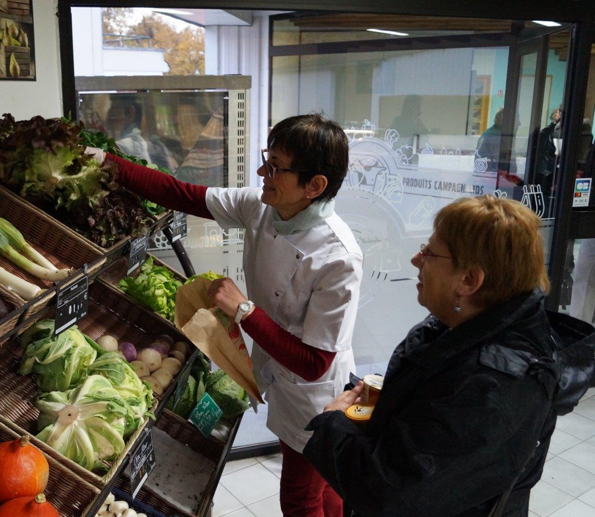 ...fruits et légumes où, ici, la patronne met un gant pour vous servir, proviennent de l'agriculture locale.