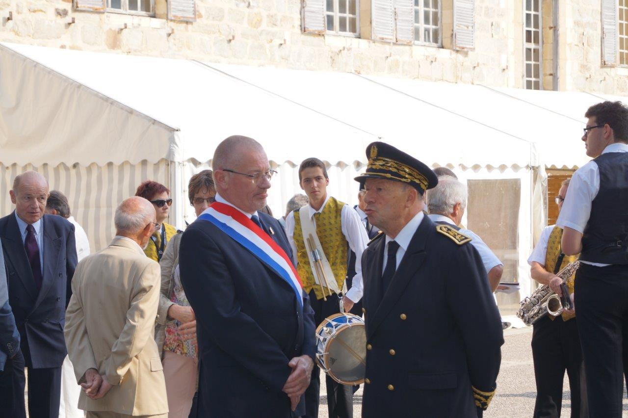 Au premier plan, de gauche à droite : Eric Girardin, député de la 3ème circonscription de la Marne et Denis Conus, préfet de la Marne.