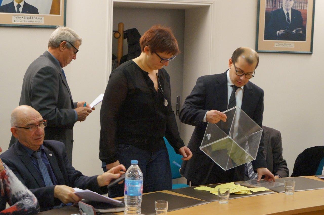 Debout, à l'arrière plan, Denis Van Gysel, le doyen d'âge, préside la séance consacrée à l'élection du nouveau maire de Dormans.