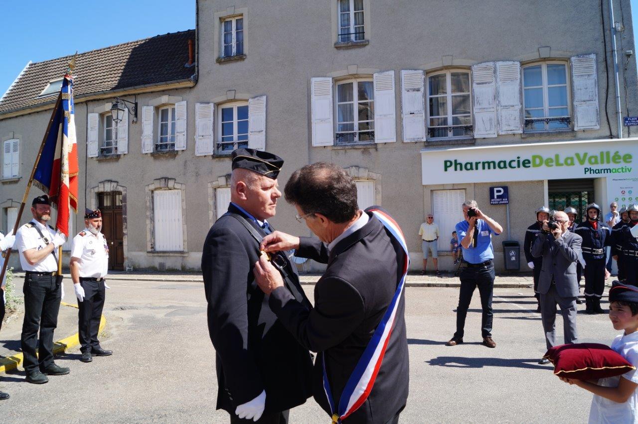 Michel Courteaux remet l'écusson de porte-drapeau du Souvenir Français à Frédéric Daubock.