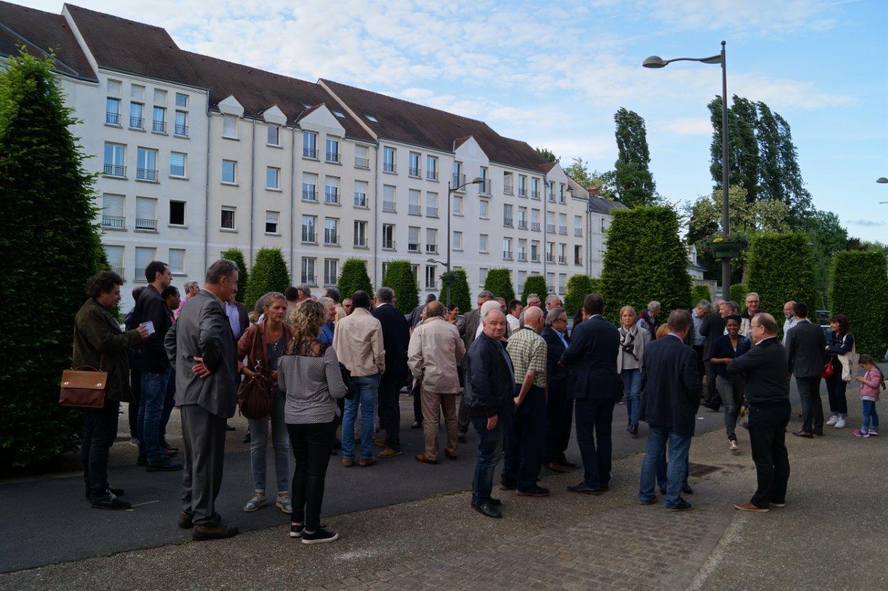 A 19h00, une foule nombreuse attend devant le QG de campagne.