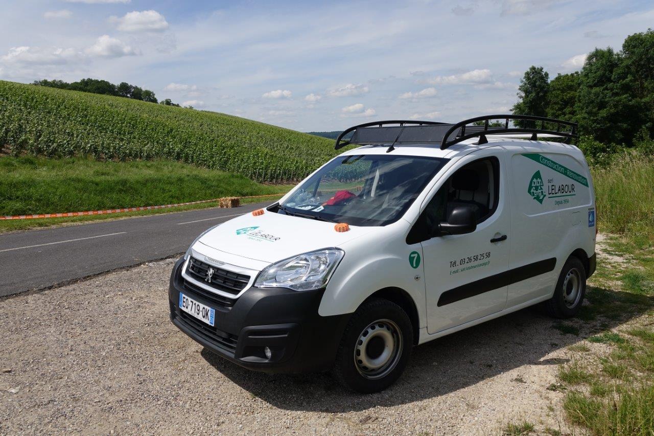 L'entreprise Lelabour soutient la course. Un des véhicules de sa flotte joue le rôle de safety car.