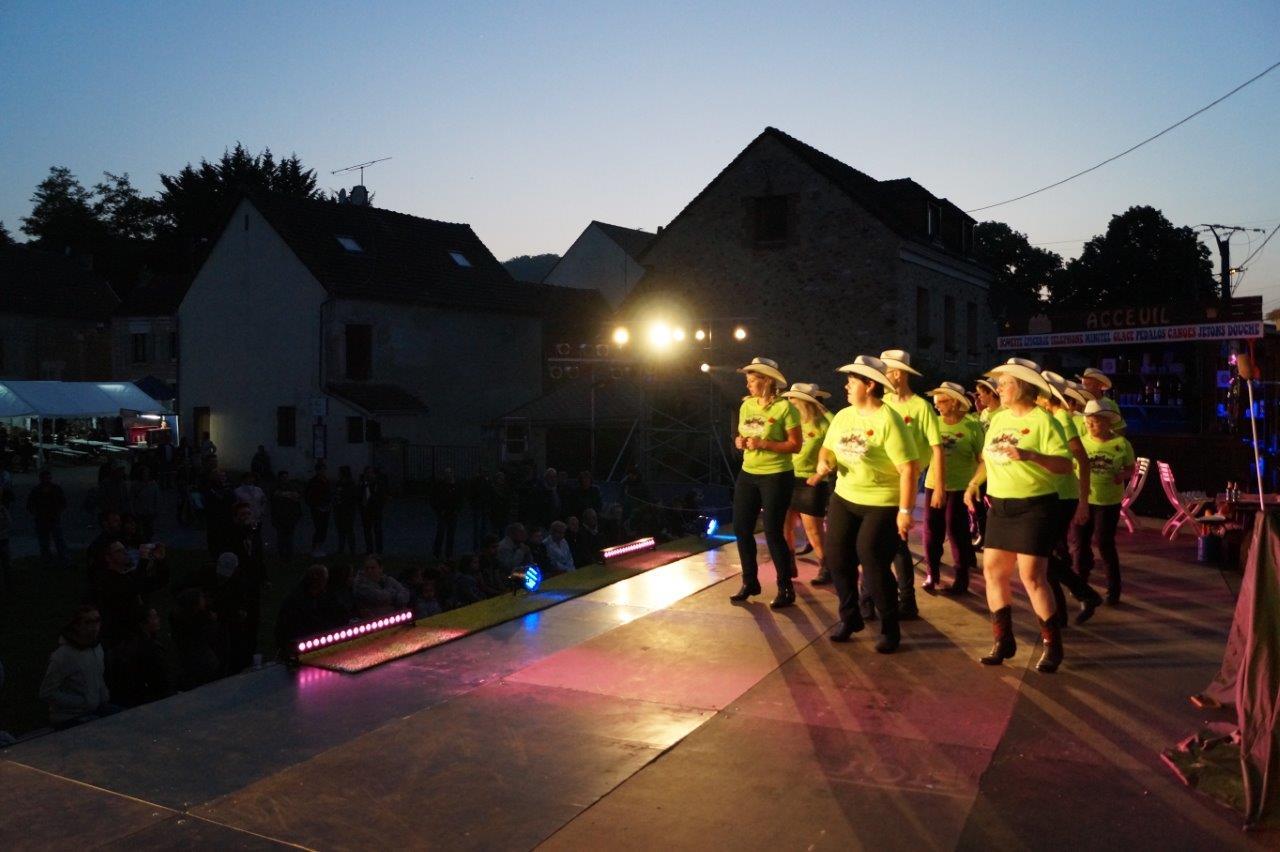 The Threewolv's de Trélou-sur-Marne a ouvert les festivités samedi 19 mai avec la danse Country en ligne.