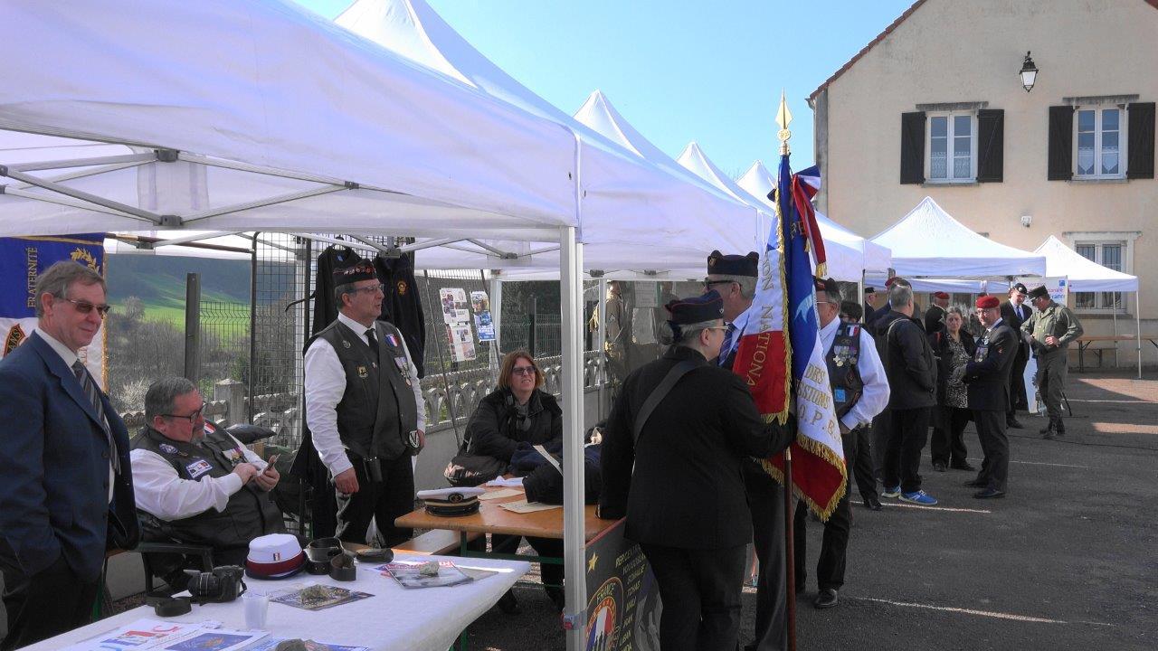Les associations patriotiques ont aligné leurs stands sur la place de l'église.