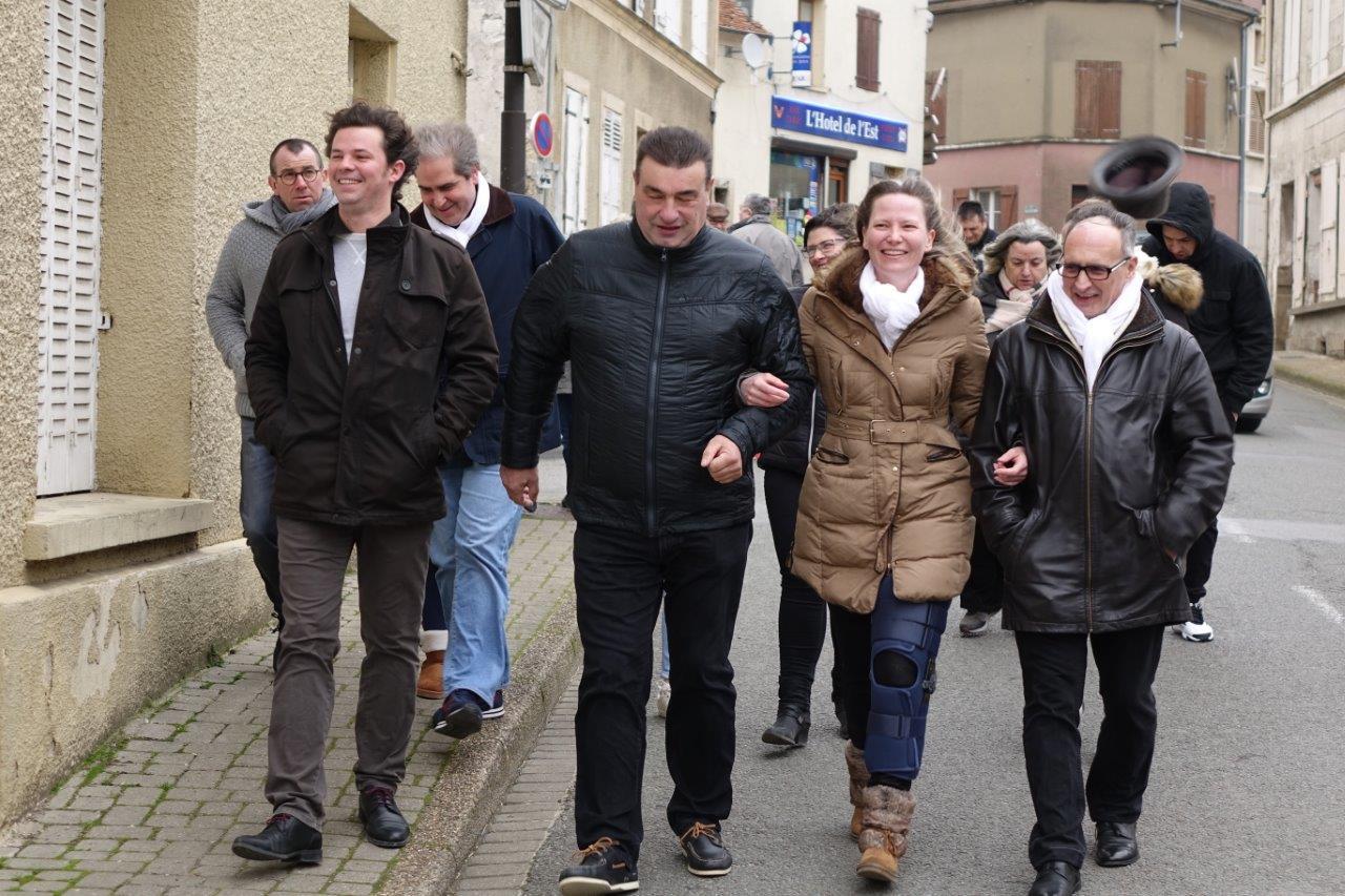 """Bras dessus, bras dessous, les candidats de la liste """" Ensemble, Condéennes et Condéens """" entame leur déambulation dans Condé-en-Brie..."""