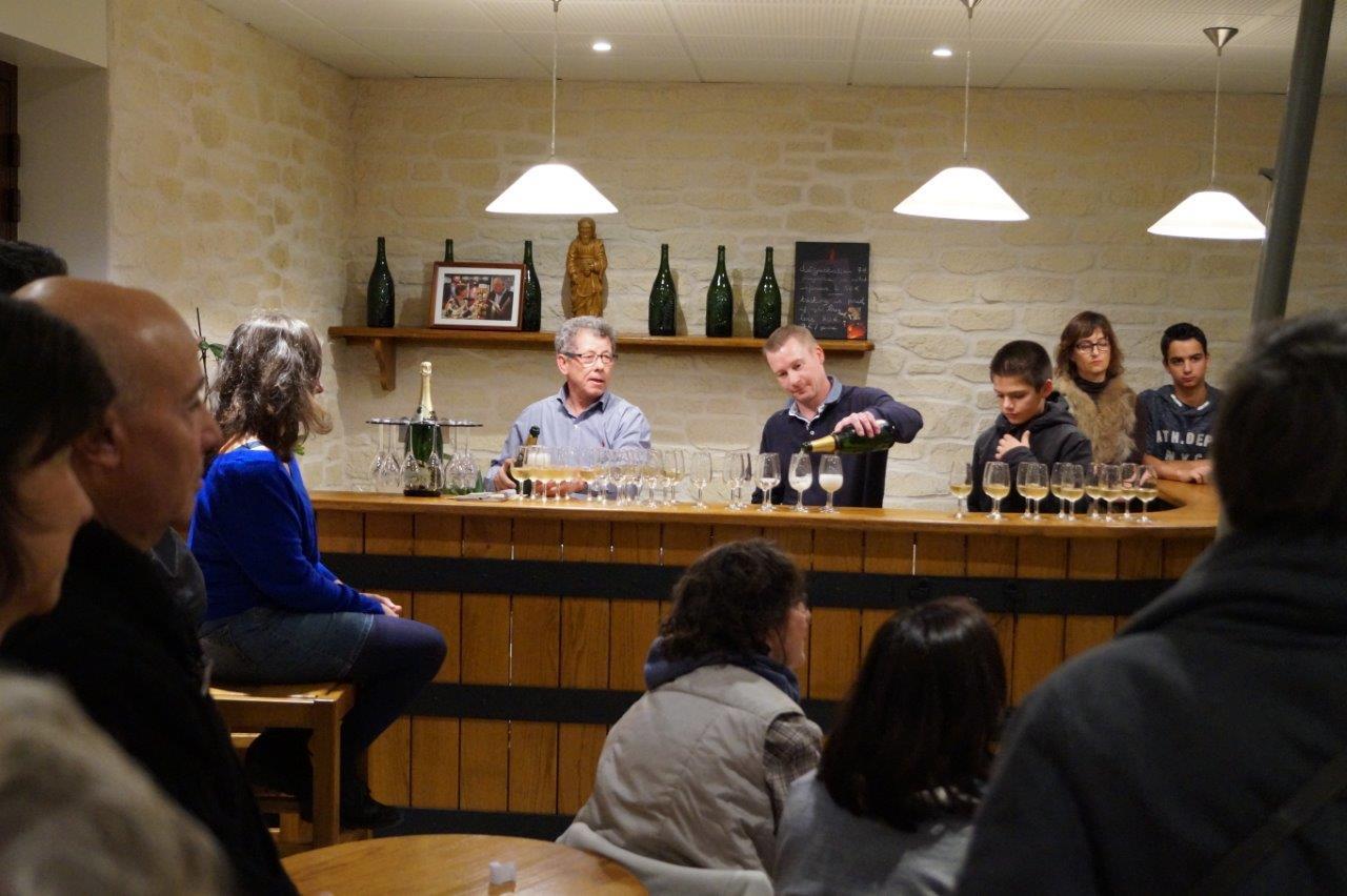 A gauche derrière le bar : Patrick Sourdet de la Maison de Champagne Sourdet-Diot a accueilli le Tout Petit Festival d'Agri(Cultures).