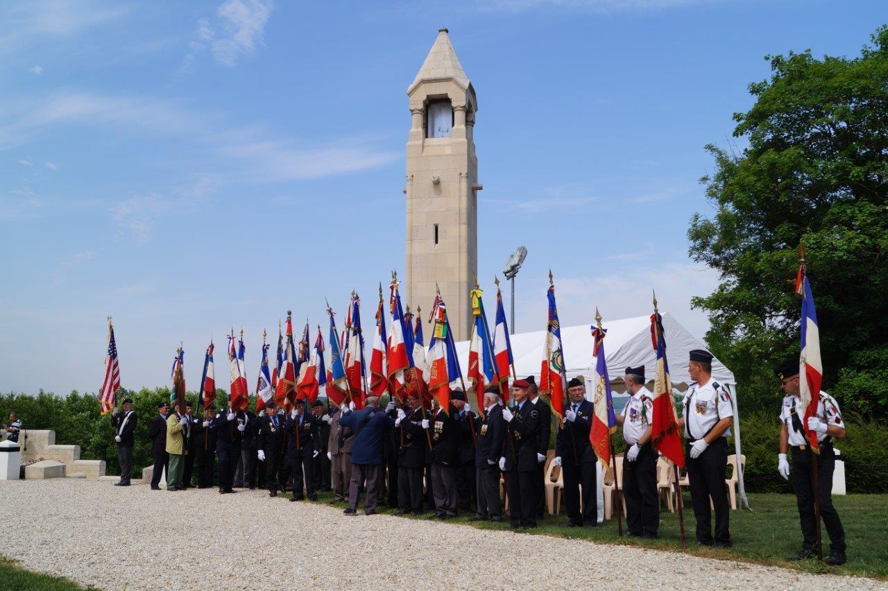 Porte-drapeaux, association cantonale des anciens combattants prisonniers de guerre, section Marne de l'Union Nationale des Parachutistes, ont rendu hommage aux combattants de la Grande Guerre.