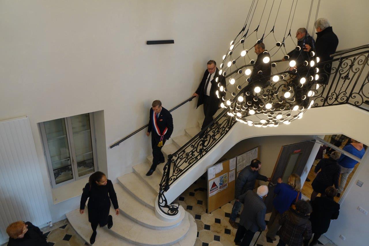 L'accès au premier étage du bâtiment se fait par l'ascenseur, ou par l'escalier majestueux.