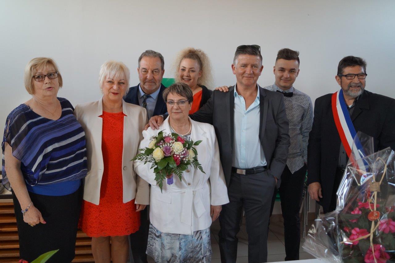 """Les élus monthurellois entourent les"""" nouveaux mariés"""", et la famille proche."""