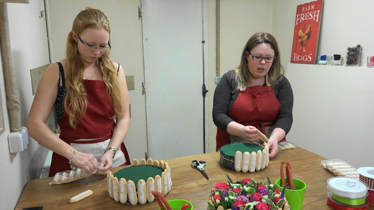 A droite, Sandra Soigneux met délicatement en place les biscuits à la cuillère.