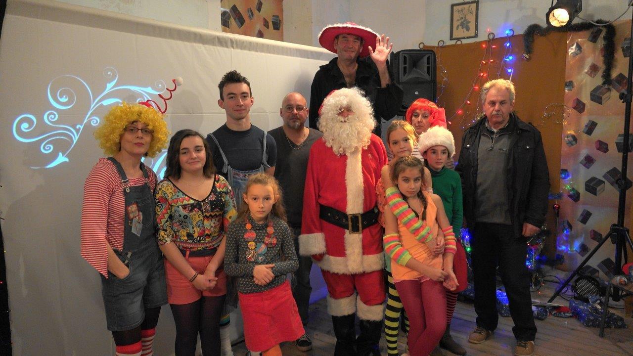 Le maire et les comédiens du comité des fêtes de Montigny-lès-Condé entourent le généreux Père Noël.