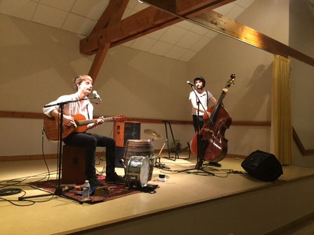 Les Fonds de Bouteilles. De gauche à droite : Ugo (guitare et percussions) et Rafi (chant et contrebasse).