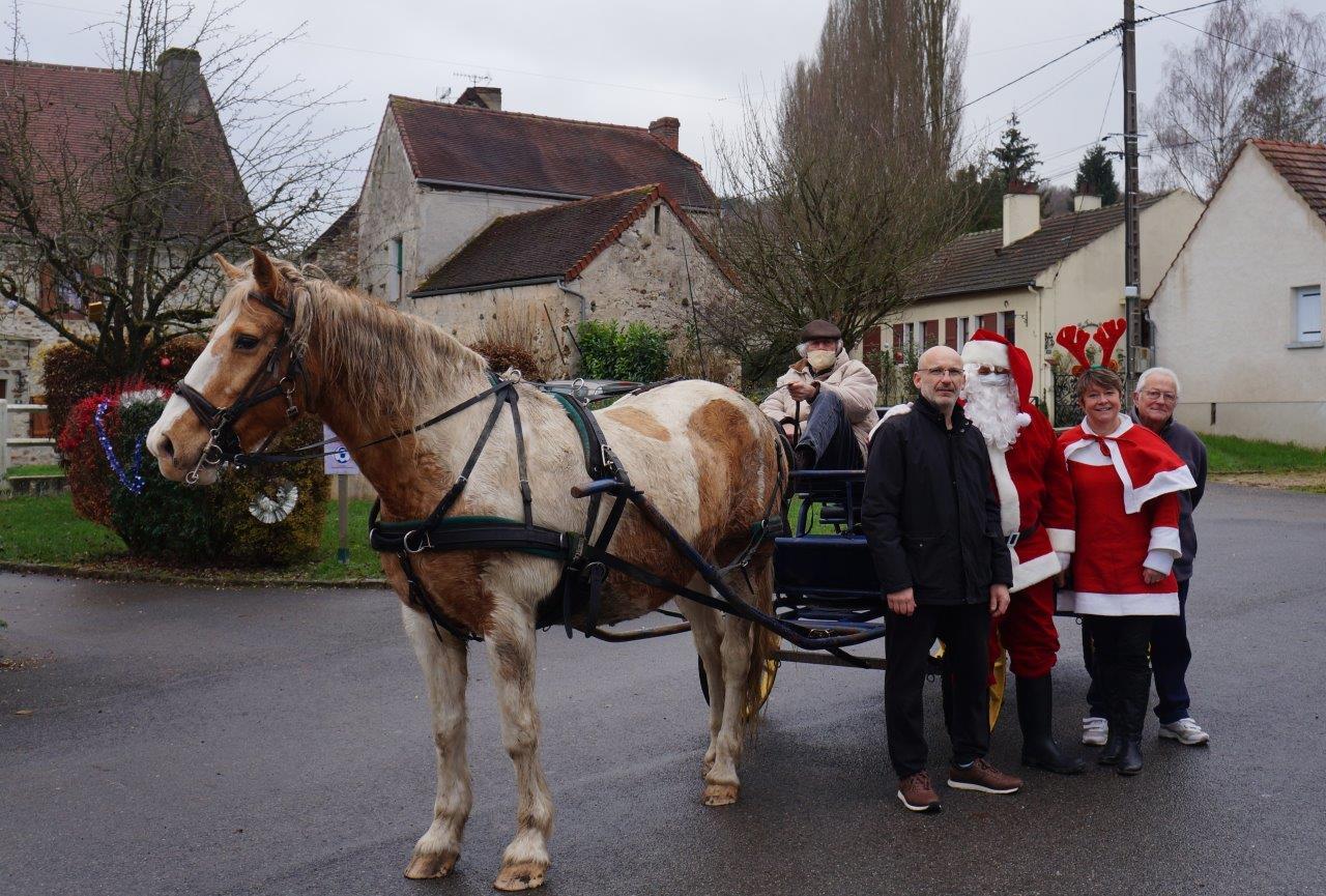 De gauche à droite : Michaël Peugniez, maire de Saint-Eugène, le Père Noël, Isabelle Vigerie, adlointe au maire, et René Meulot, conseiller municipal. Le masque de protection a été retiré le temps de la photo.