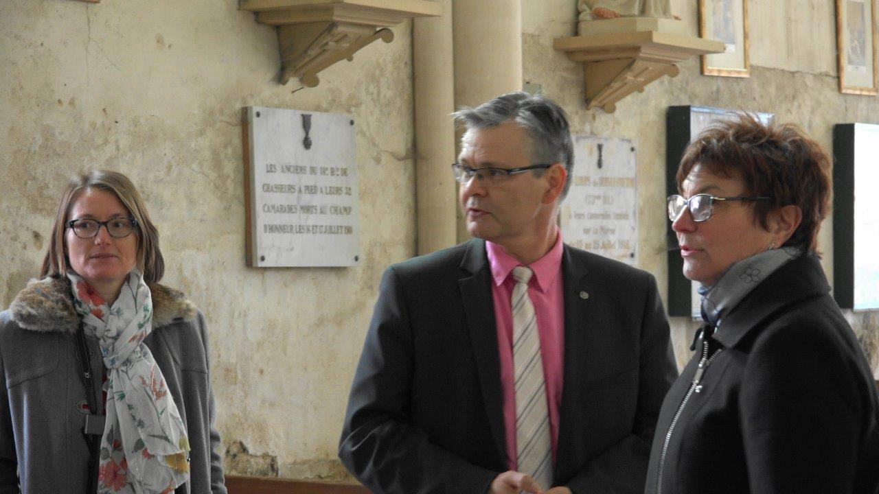A droite, Jacqueline Picart, maire déléguée de la commune historique de La Chapelle-Monthodon, commente la visite.