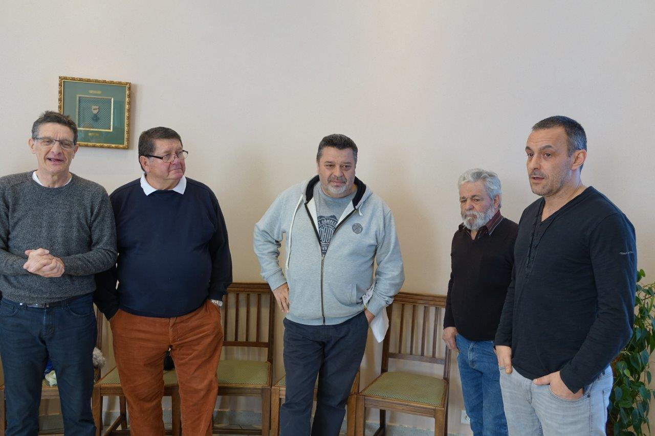 De gauche à droite : Michel Courteaux, Francis Jamin, Philippe Quintais, Antonio Cordeiro et Manuel Cordeiro se retrouvent dans la salle d'honneur de la mairie de Dormans.