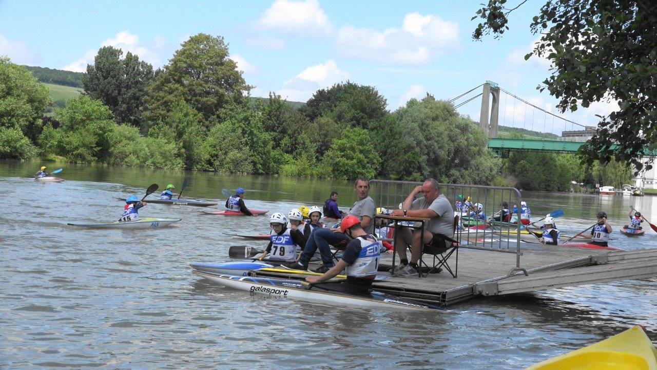 Près de 70 bateaux ont slalomé sur la Marne.