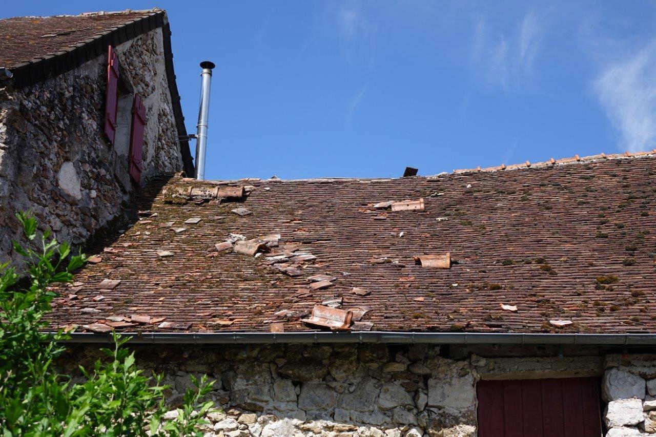 Le décrochage de tuiles de faîtière a ensuite endommagé la toiture de cette maison.