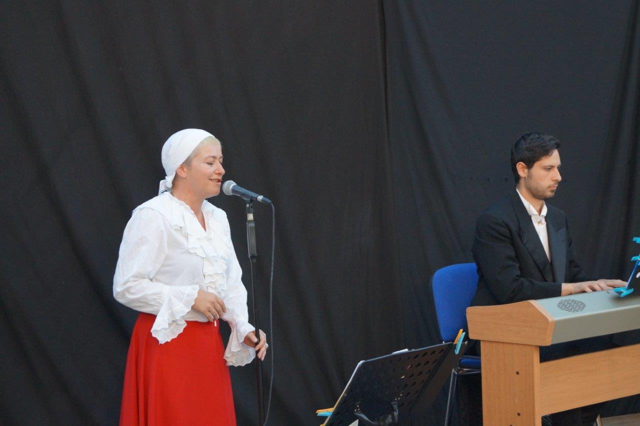 De gauche à droite : Sabine Wallon (au chant) et Vincenzo Mingoia (clavier) ont ambiancé le deuxième épisode.