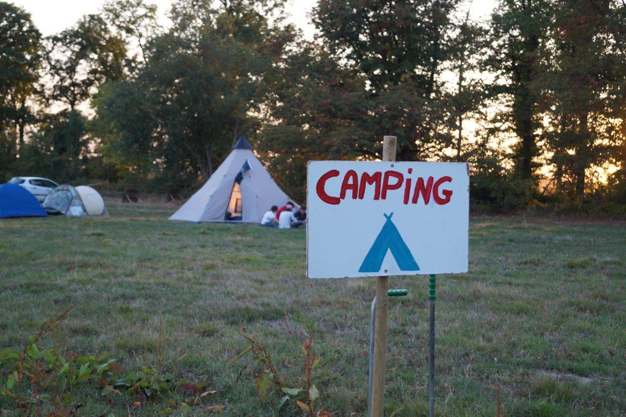 L'immense pâture accueille les amateurs de camping.