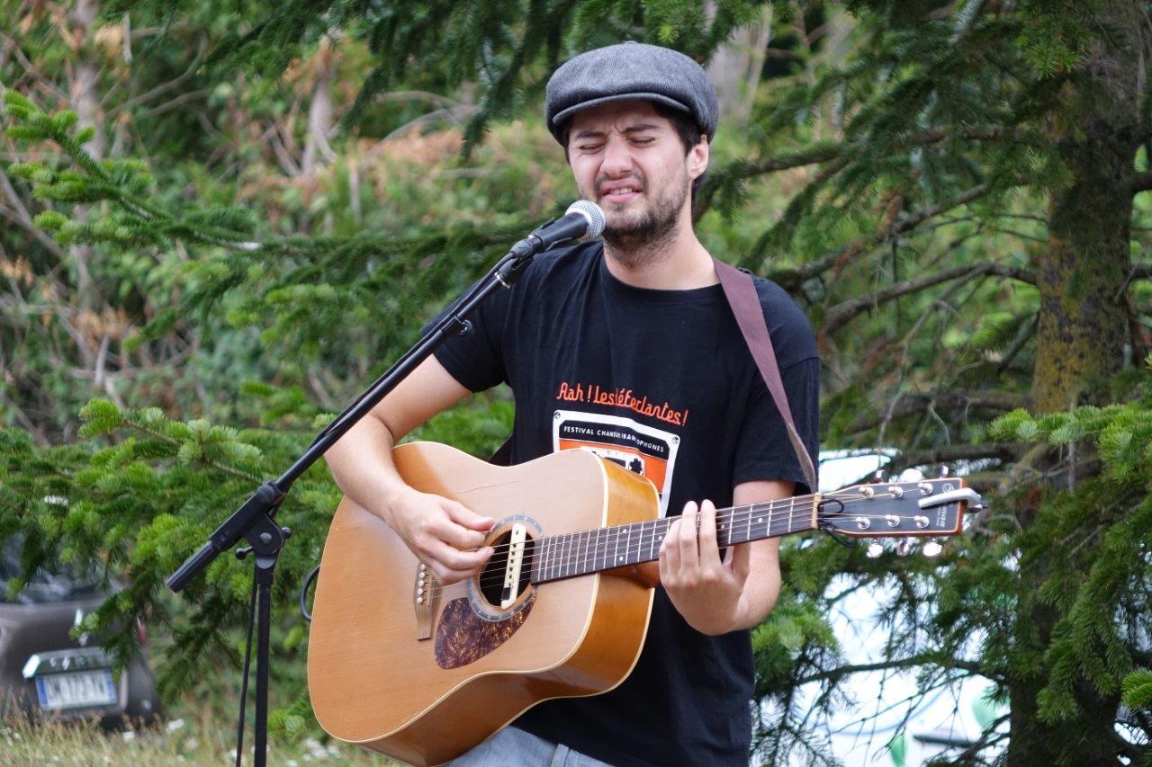 Le musicien-chanteur Rafi a mis le marché en musique.