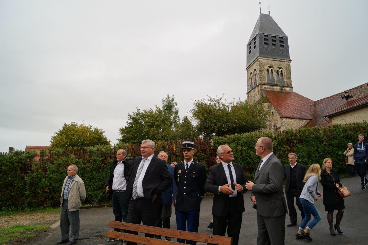 Le maire Didier Dépit présente l'aire de jeux comprenant notamment une tyrolienne...