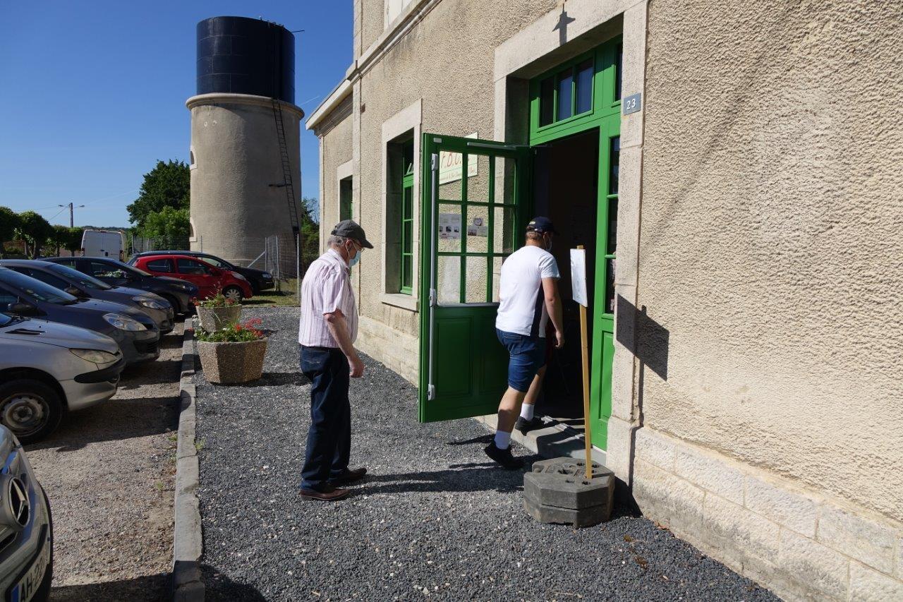 Les voyageurs entrent en gare de Montmirail.