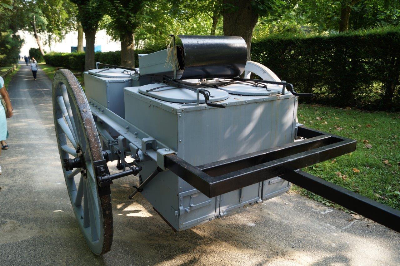 La popote de la Madelon. Dès 1915, une cuisine roulante équipée de quatre marmites de 100 litres chacune et positionnée sur la deuxième ligne, permet de nourrir 250 hommes à la fois.