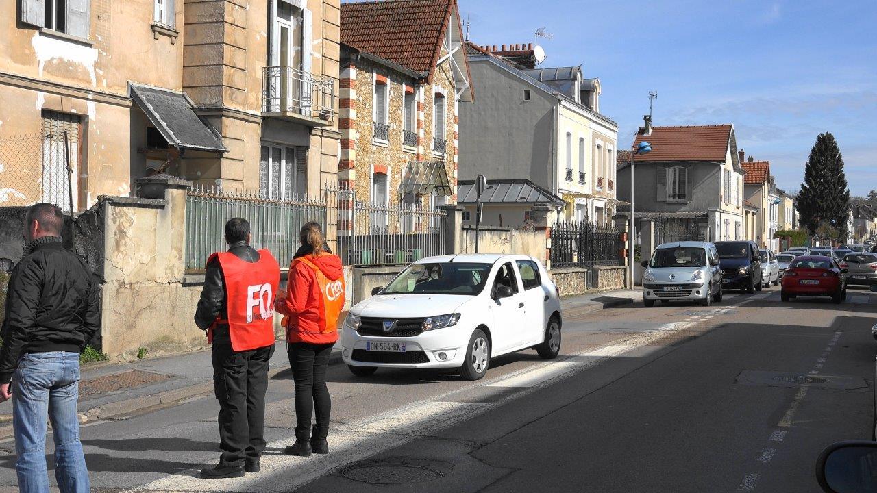 Une opération escargot avec distribution de tracts se déroule dans la rue principale menant au magasin.