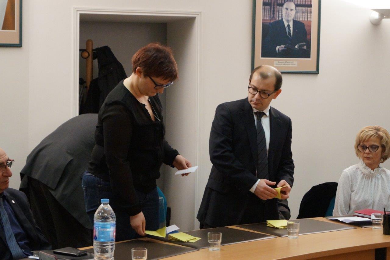 De gauche à droite : les deux plus jeunes conseillers municpaux et assesseurs, Alexandra Hachet et Ludovic Welche, procèdent au dépouillement