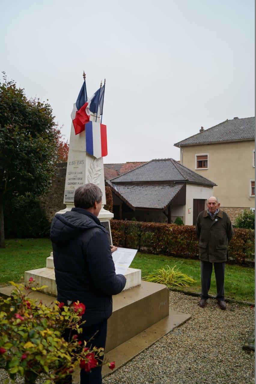 L'appel aux morts est assuré par Bernard Roulot (de face), président de l'association des anciens combattants de La Chapelle-Monthodon...