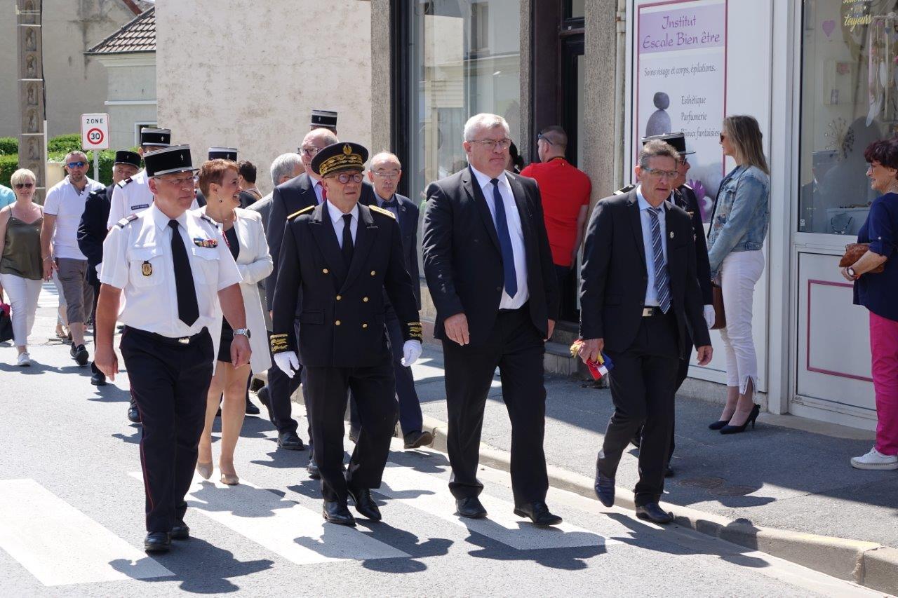 De gauche à droite : Hubert Degrémont, Denis Conus, Christian Bruyen et Michel Courteaux se rendent d'un pas alerte à la tribune officielle...