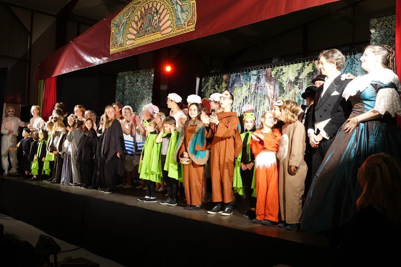 60 acteurs amateurs, entourés de la Compagnie Le Diable à 4 Pattes, ont enthousiasmé le public de Condé-en-Brie.