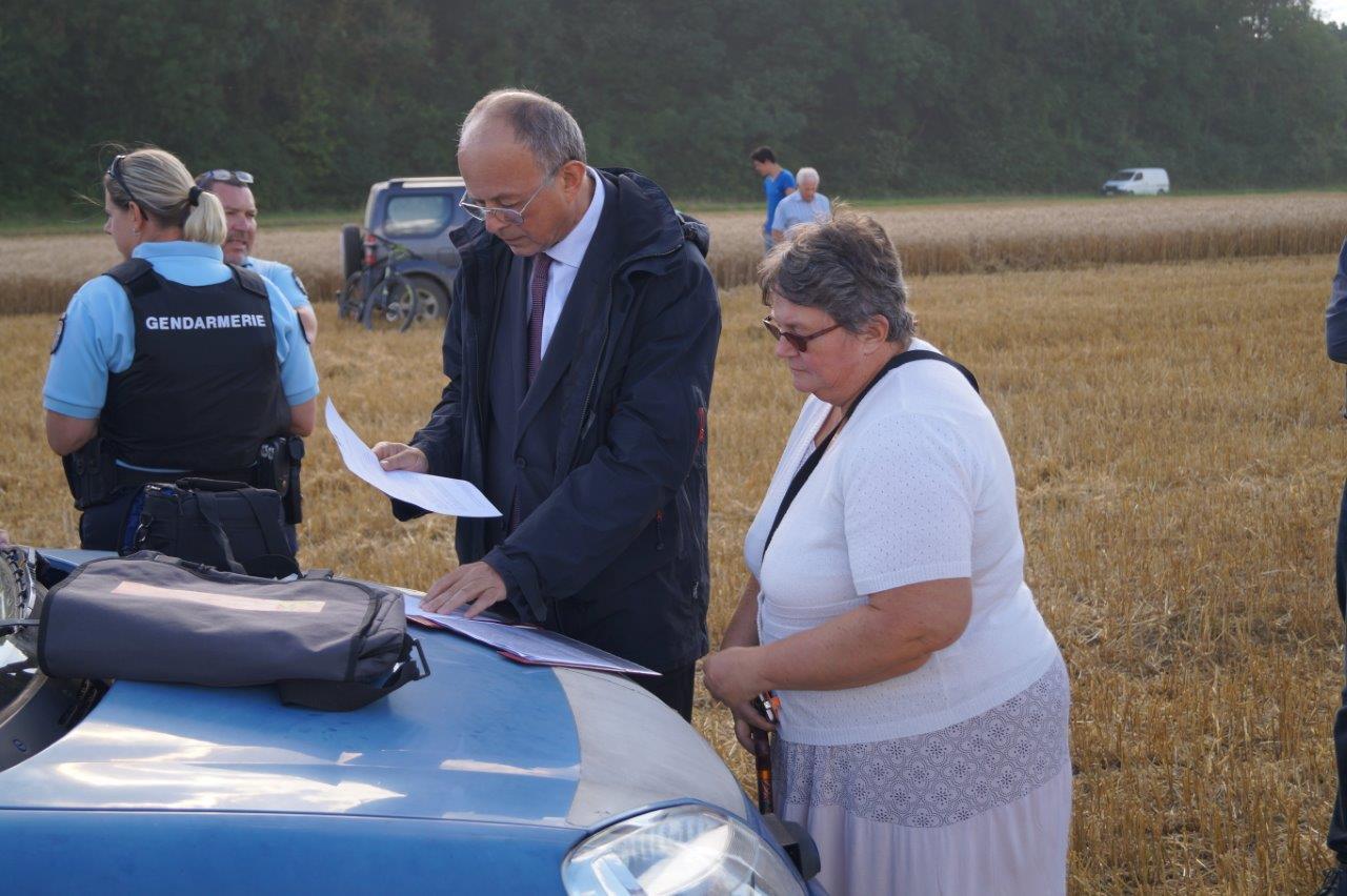 Laurent Olivier et Véronique Courbrant examinent la procédure administrative réglementaire.
