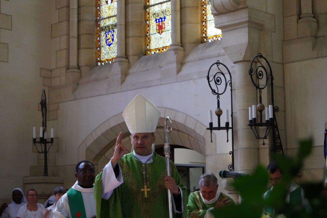 Monseigneur François Touvet, évêque de Châlons-en-Champagne, célèbre la Messe du Souvenir en l'honneur du Cardinal Luçon et de Monseigneur Tissier, respectivement archevêque de Reims et évêque de Châlons-sur-Marne en 1918...