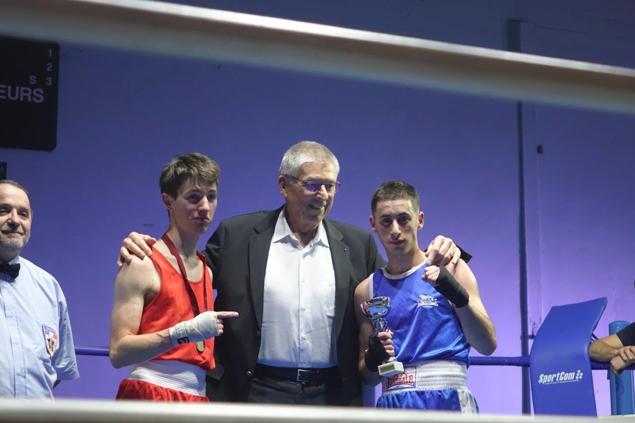 Lucien Jérome, conseiller communautaire de l'agglo en charge du sport, remet les récompenses à l'issue d'un combat.