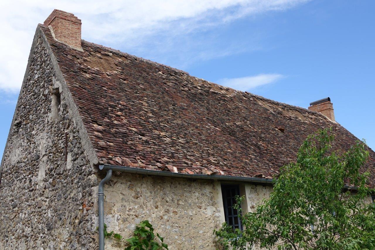 Chapeau de cheminée envolé et tuiles arrachées sur cette maison d'habitation.