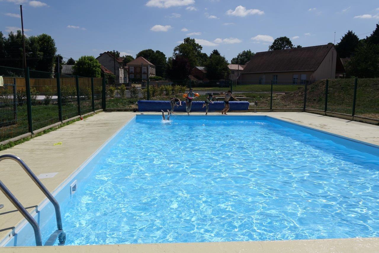 La piscine municipale est située près de la nouvelle aire de camping-car...