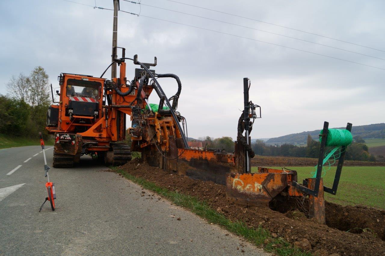 La trancheuse creuse et enfouit en même temps...