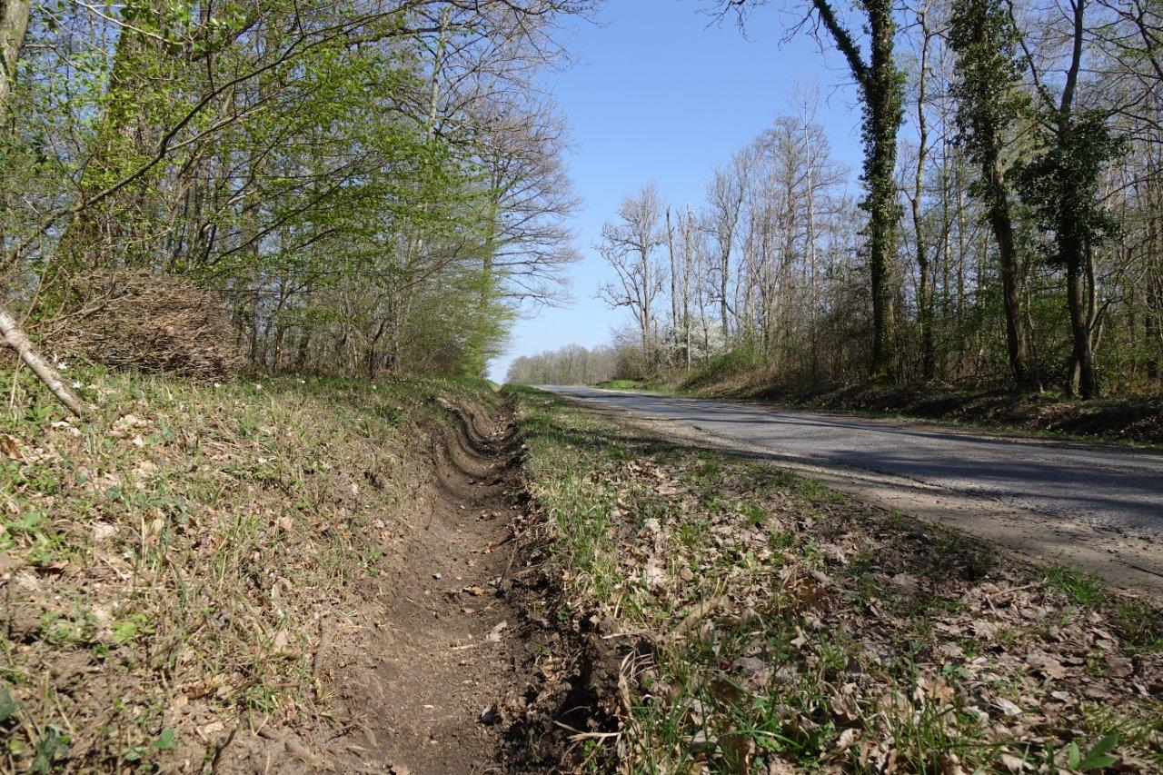 L'entretien des fossés bordant la petite route a été effectué jeudi 1er avril.